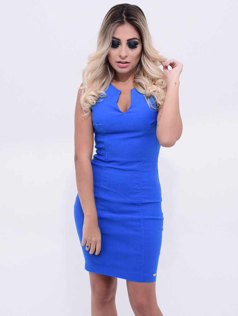 modelo vestindo Vestido Tubinho Aline com decote v azul bic da marca Vestido de Chita