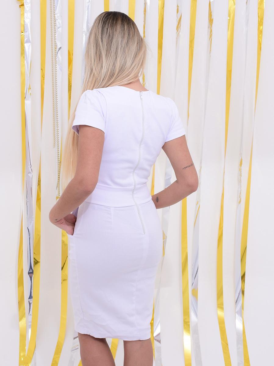 vestido branco com comprimento no joelho